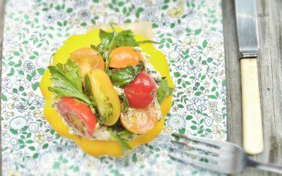 Pâtisson farci à la tartinade de chou-fleur grillé et salade de tomates aux herbes