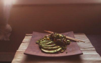Salade de kale et choux de Bruxelles, sauce crémeuseà l'umeboshi, marinade d'oignons
