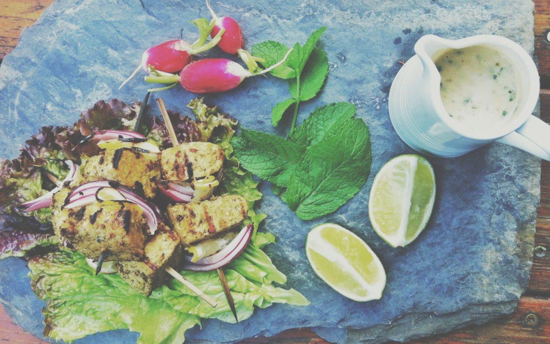Kebab de tempeh au za'atar & crème de sésame à la menthe