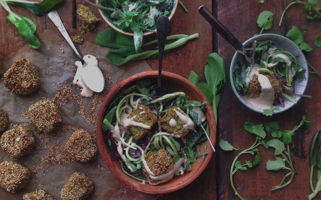 Salade de falafels aux courgettes et pruneaux  séchés + sauce crémeuse au tahini et paprika