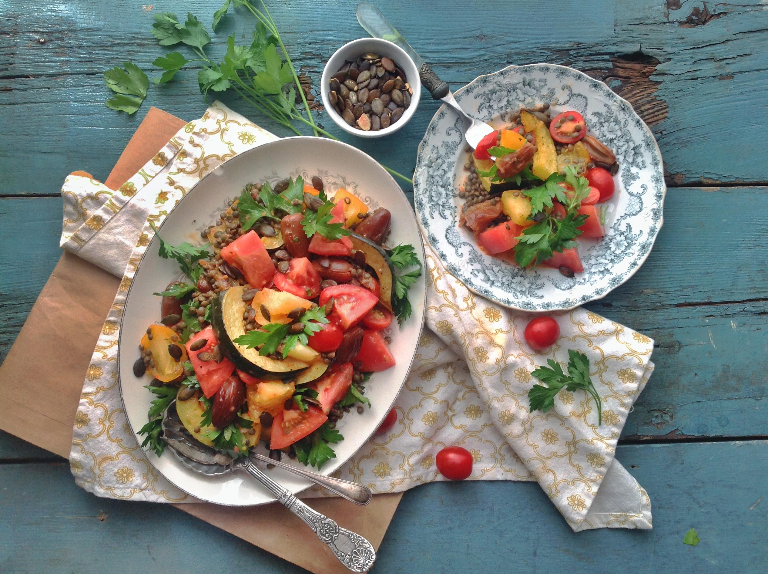 Salade d'automne aux tomates, courges grillées et dattes deglett, vinaigrette tomate, graines de chia et basilic | Chantez la Pomme