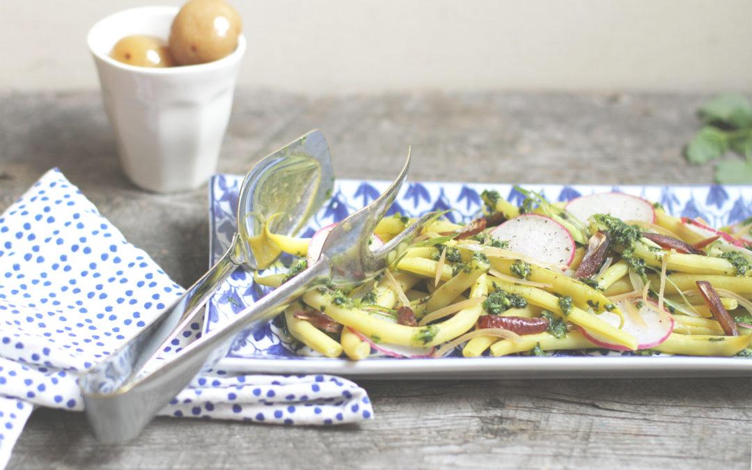 Salade d'haricots croquants, radis roses, dattes, citrons confits & salsa verde à la mélisse